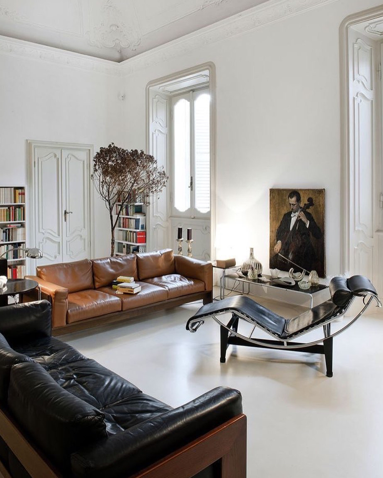 There are pieces of furniture that are true rulers of the house like the LC4 Corbusier lounge chair.